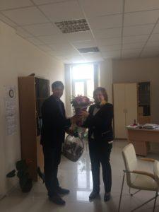 Директорът на МБАЛ Тота Венкова Габрово прие подаръка от управителя на Фаркол - В. Търново Tодор Асенов