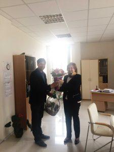 Директорът на МБАЛ Тота Венкова Габрово прие подаръка от името на победителя д-р Стефан Бенков